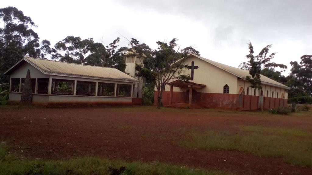 Famwa (11) Eglise paroissiale et sa grotte mariale