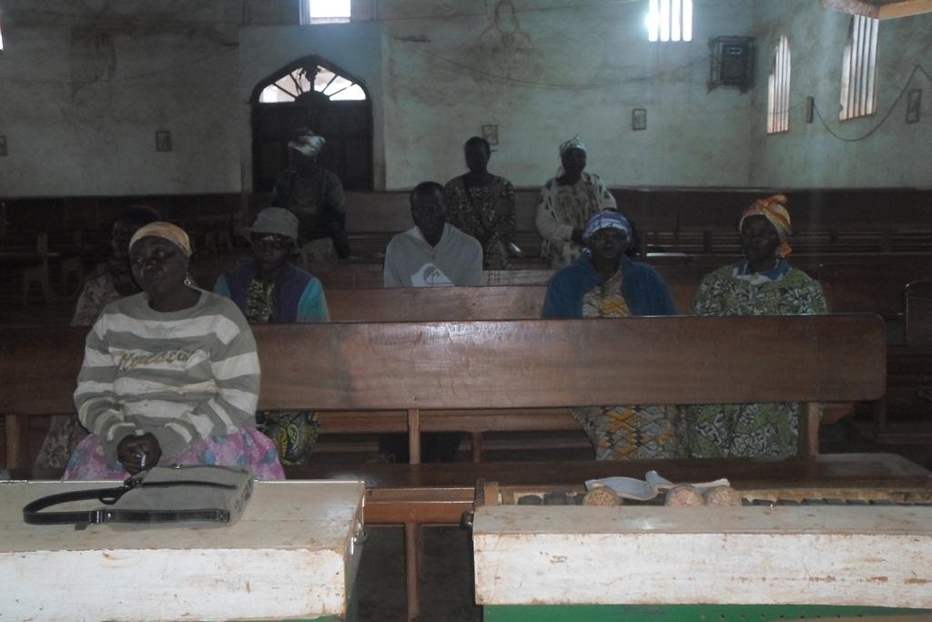 Quelques-membres-de-la-communauté-en-prière-du-matin-méditant-le-chapelet-21-Setp-2016