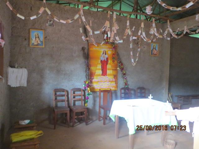 DEMBOU (4) Vue intérieure de la case chapelle